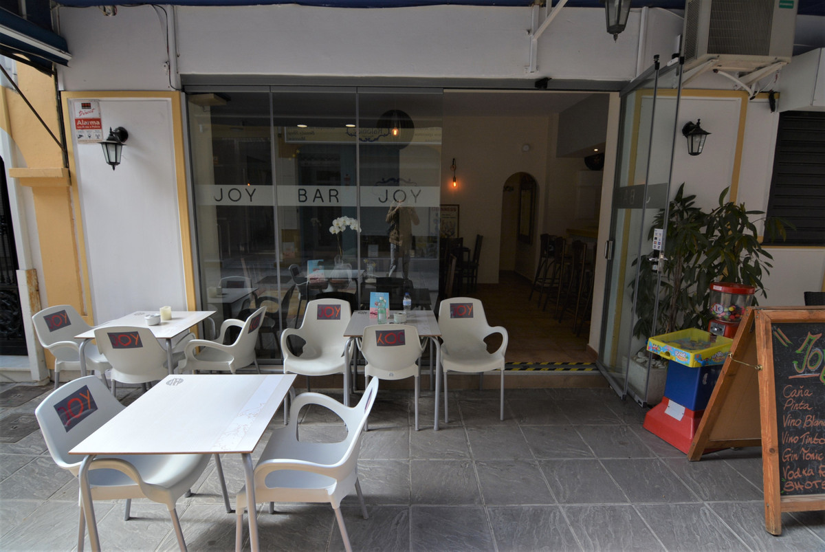 SIDE PLACE OF THE CONSTITUTION. Local full Fuengirola center with license bar with kitchen, has a te, Spain