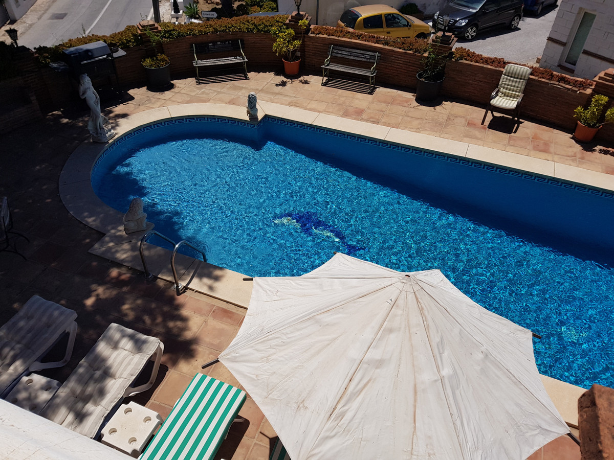Spacious and well maintained detached Villa in the popular Urbanization of Torremar located in Benal, Spain