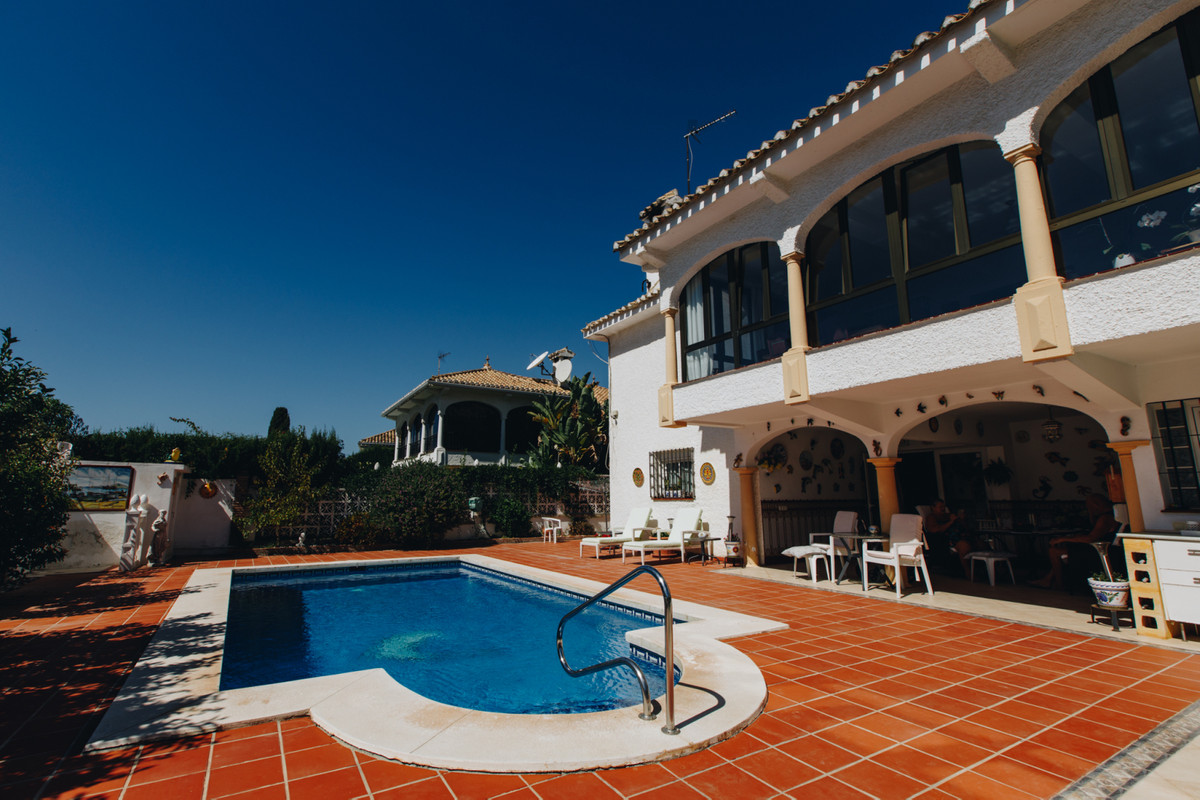 Detached Villa walking distance from centre of La Cala de Mijas!  This great located 5 Bedroom Villa, Spain
