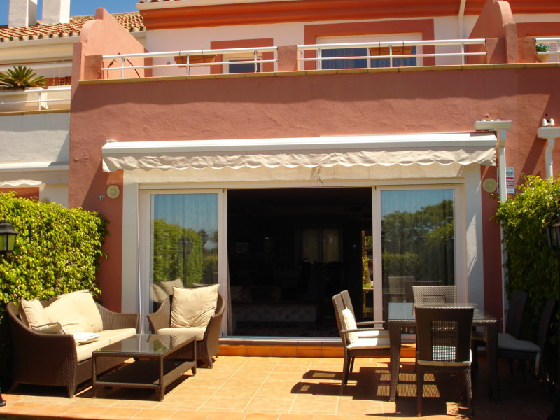 Very modern and spacious townhouse situated in a green urbanization il 5 minutes drive from Puerto B,Spain
