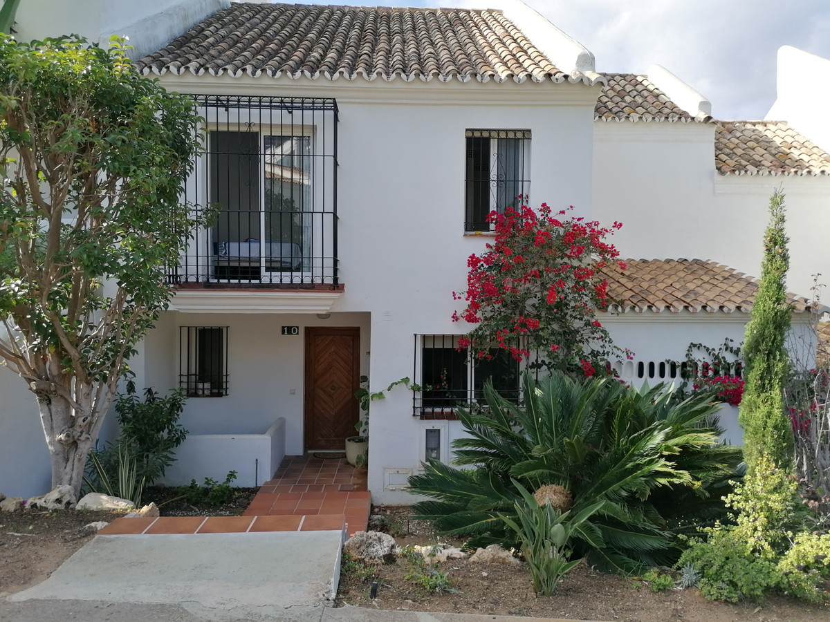 This beautiful townhouse consists of two floors, on the first floor has 3 bedrooms 2 bathrooms (1 in, Spain