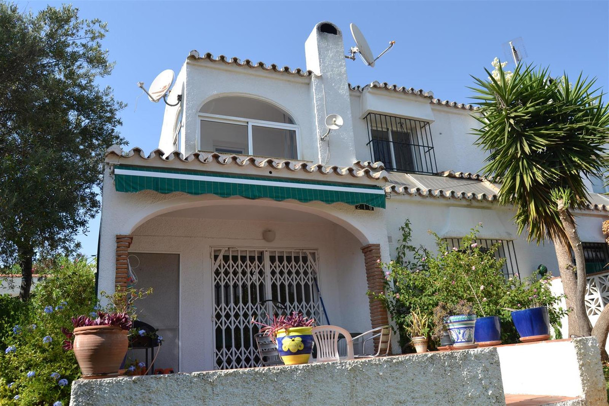 Lovely 3 bed 2 bathroom town house hidden away on a quite street. Very close to bars shops and resta,Spain