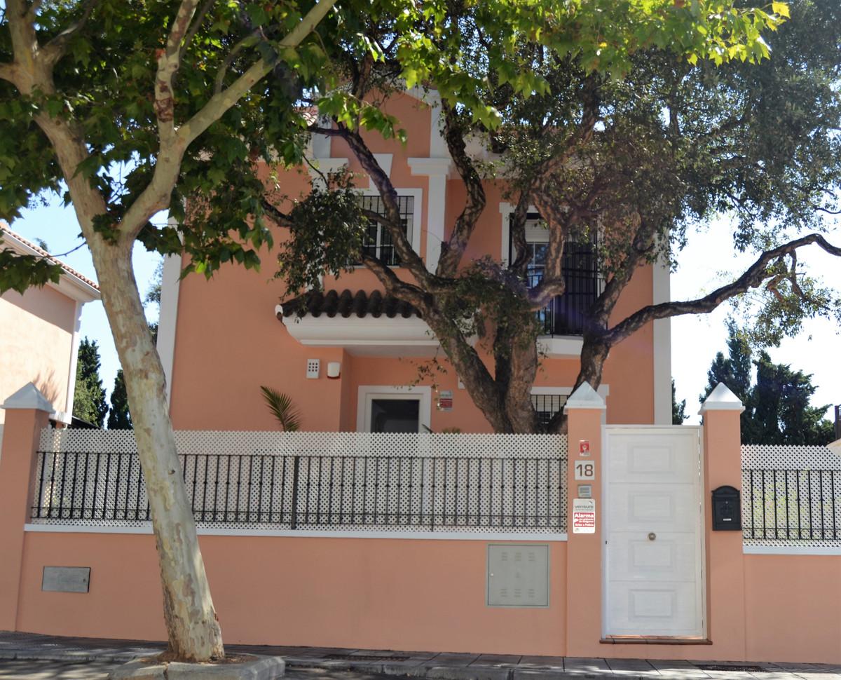 Villa en Venta en Elviria – R3252091