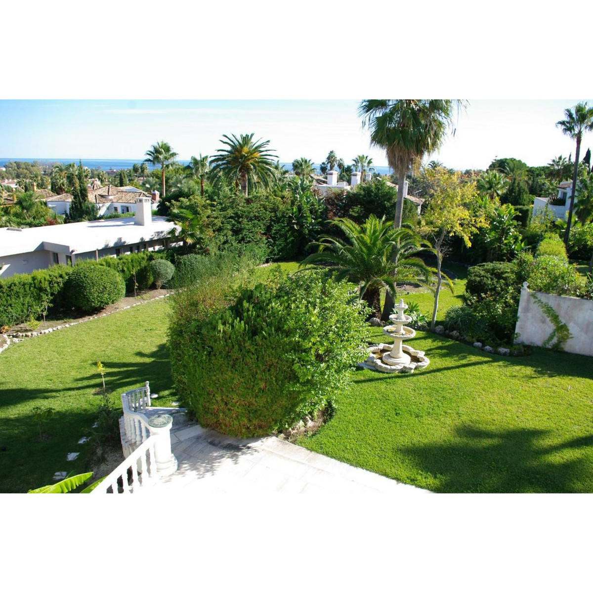 Spacious villa close to everything, you can walk to the beach and Puerto Banus with all its leisure ,Spain