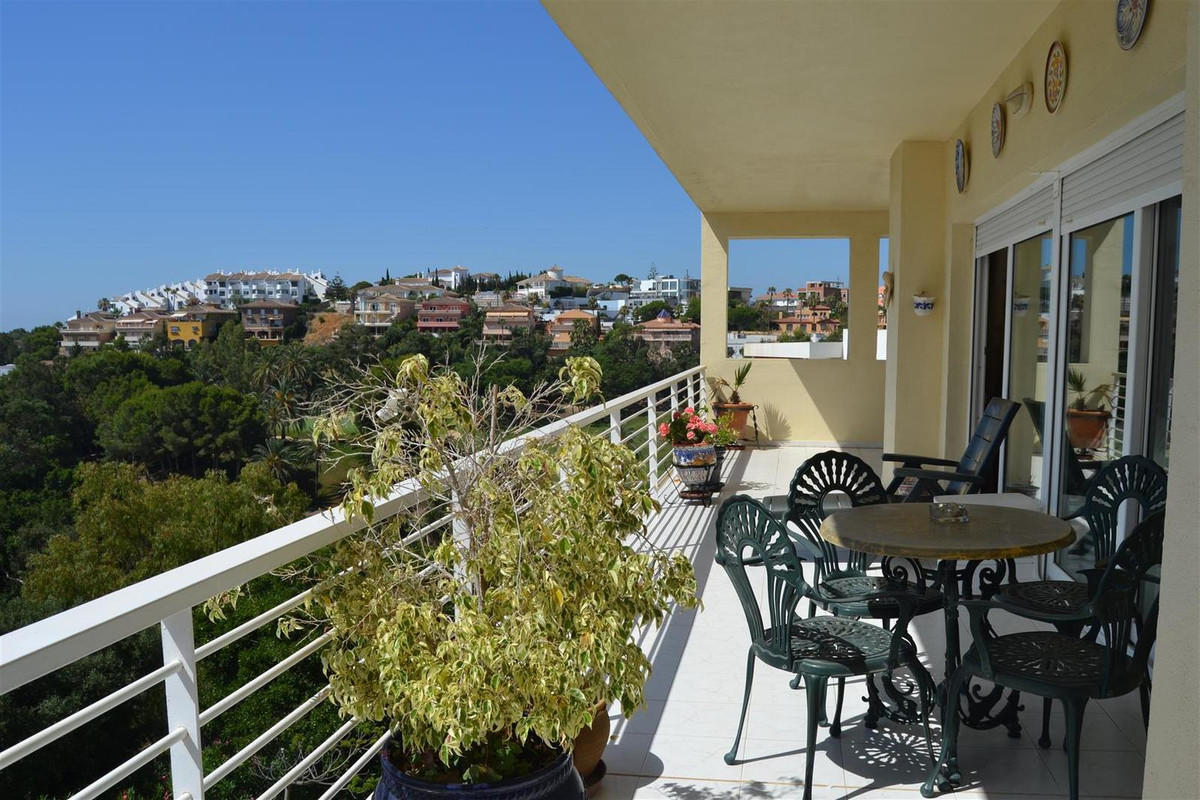 Luxury 3 bedroom apartment in the beautiful and popular area of Torrequebrada. Based in the Golf Res, Spain