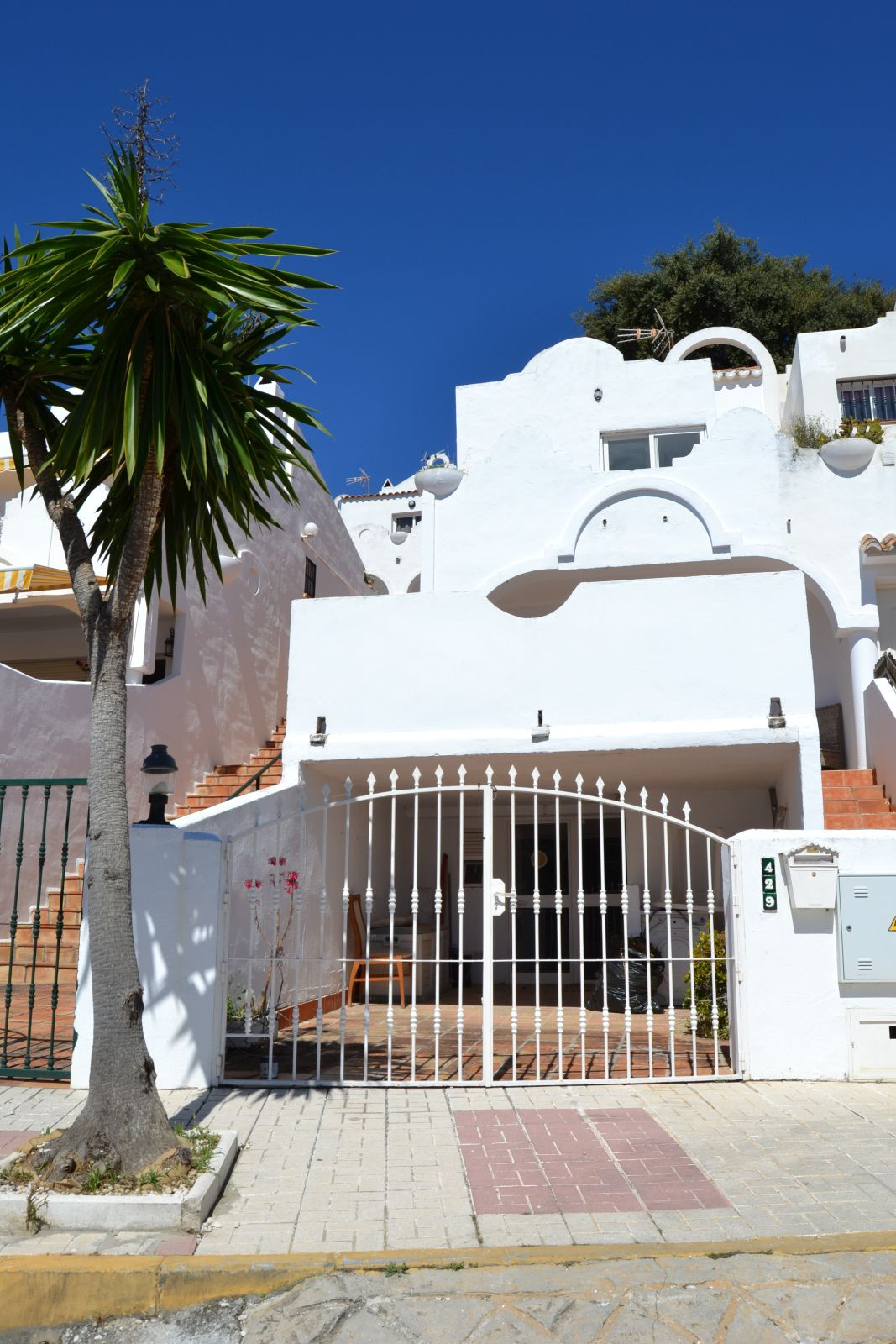 3 bedroomTownhouse set in a tranquil street overlooking the golf course and views of the sea . Gated,Spain
