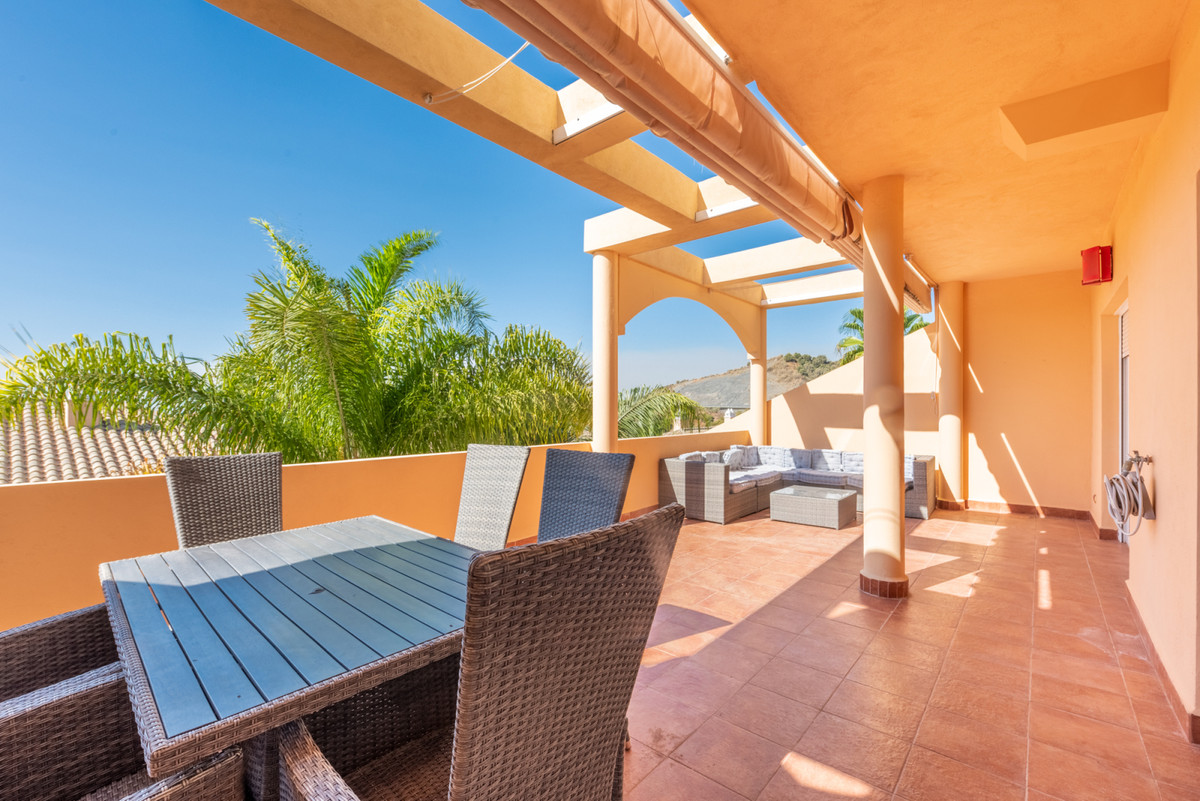 Spacious and practically brand new, first floor in the golf valley, next to the best courses in the ,Spain