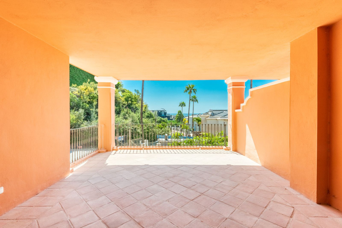 Located in Real de Los Halcones, an exclusive residential complex, in one of the most exclusive area,Spain