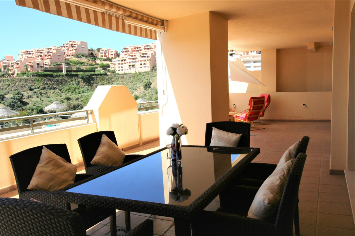 Beautiful and well presented modern Apartment in Calahonda. Located in the Campos del Mar Urbanizati, Spain