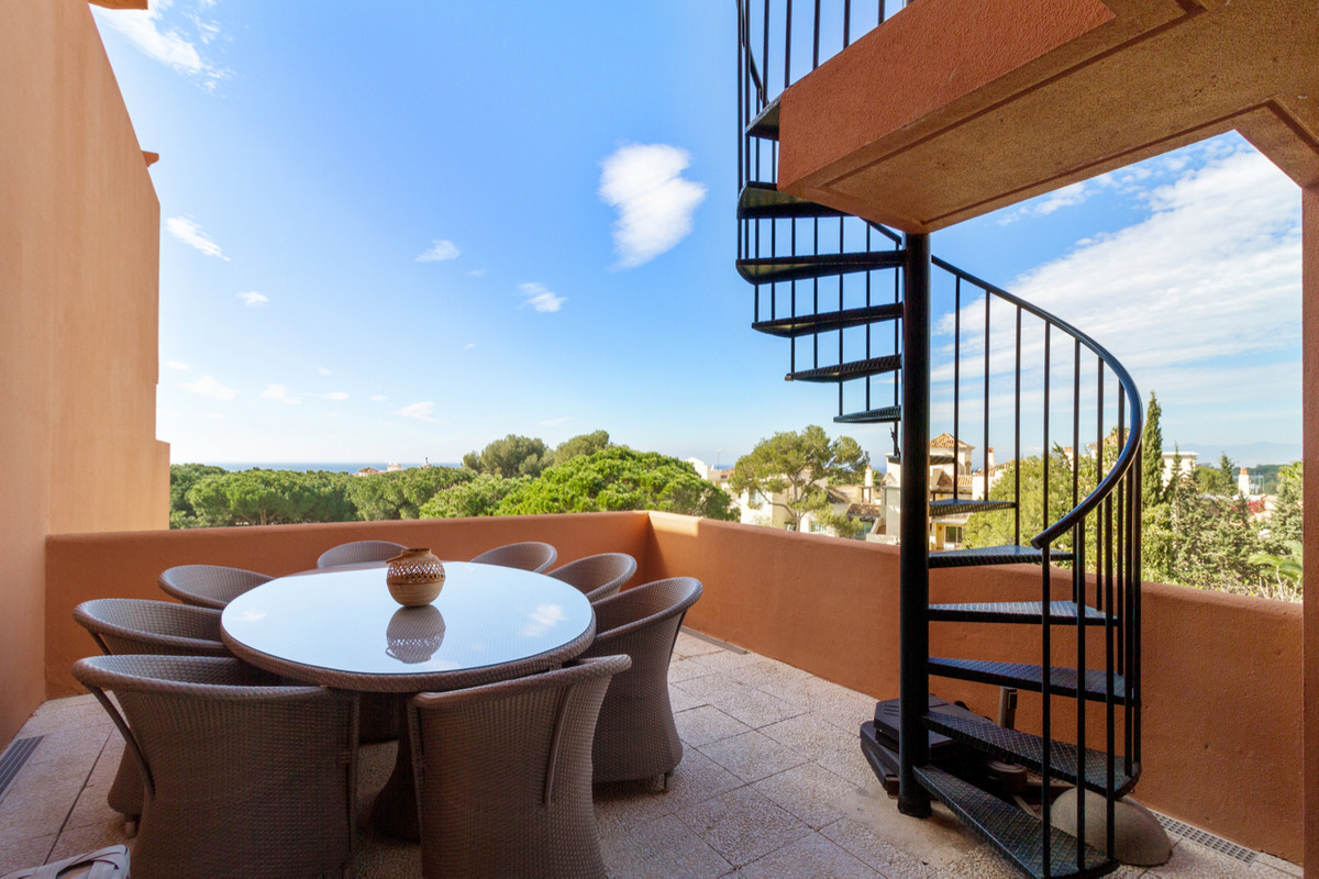 Beautiful Penthouse located in the quiet area of Artola Alta (Cabopino). The property finds itself n, Spain