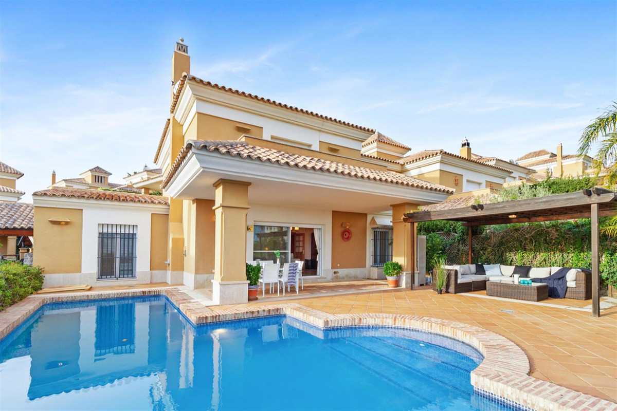 Detached Villa, Marbella, Costa del Sol. 4 Bedrooms, 5 Bathrooms, Built 170 m², Terrace 36 m², Garde, Spain