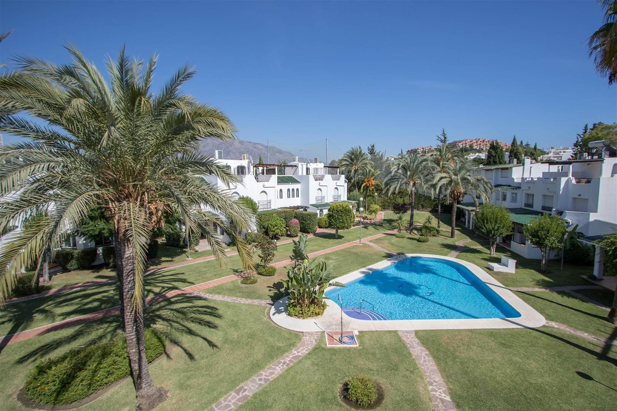 Unique opportunity!  Turn-key ready to move in! Fantastic 3 bedroom 3 bathroom townhouse located fro,Spain