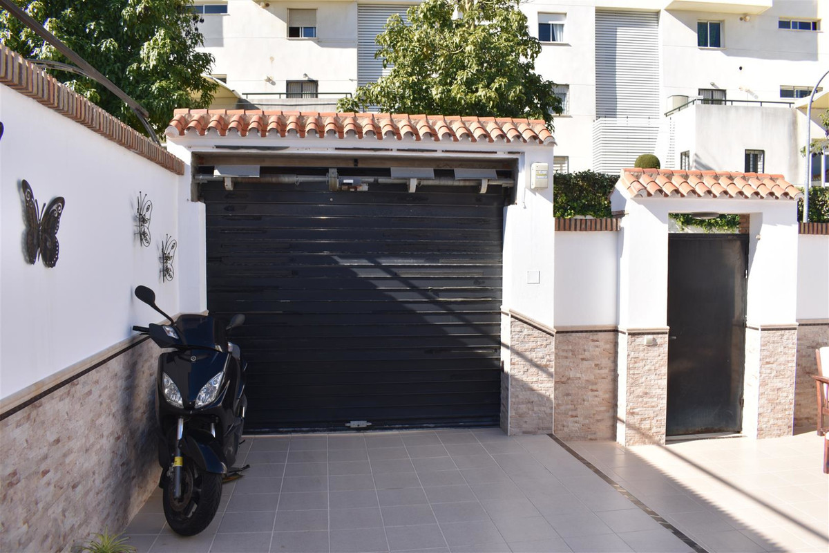 Beautiful corner townhouse with 2 floors. Main floor: porch of 50m2 and access for 1 vehicle. Storag,Spain