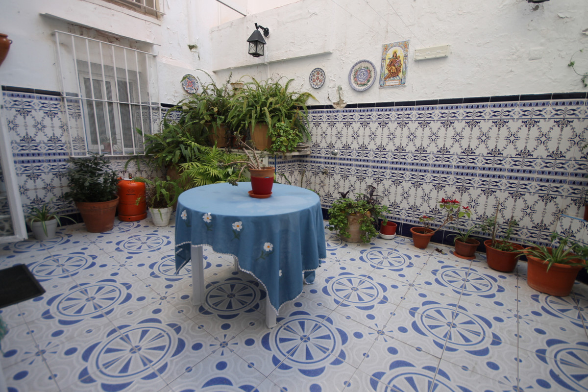 House-Building for sale on 2 floors with 6 bedrooms and patio.  House-Building for sale in Cruz Humi,Spain
