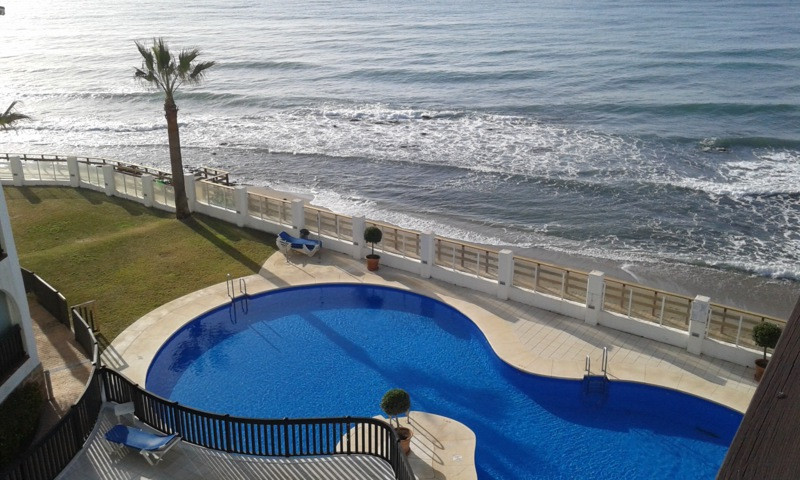 Penthouse with impressive views of the Mediterranean in Calahonda  This front-line beach apartment c, Spain