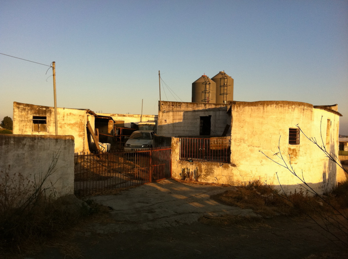 It is a rustic house that must be rehabilitated although it has water and electricity. Total built a,Spain