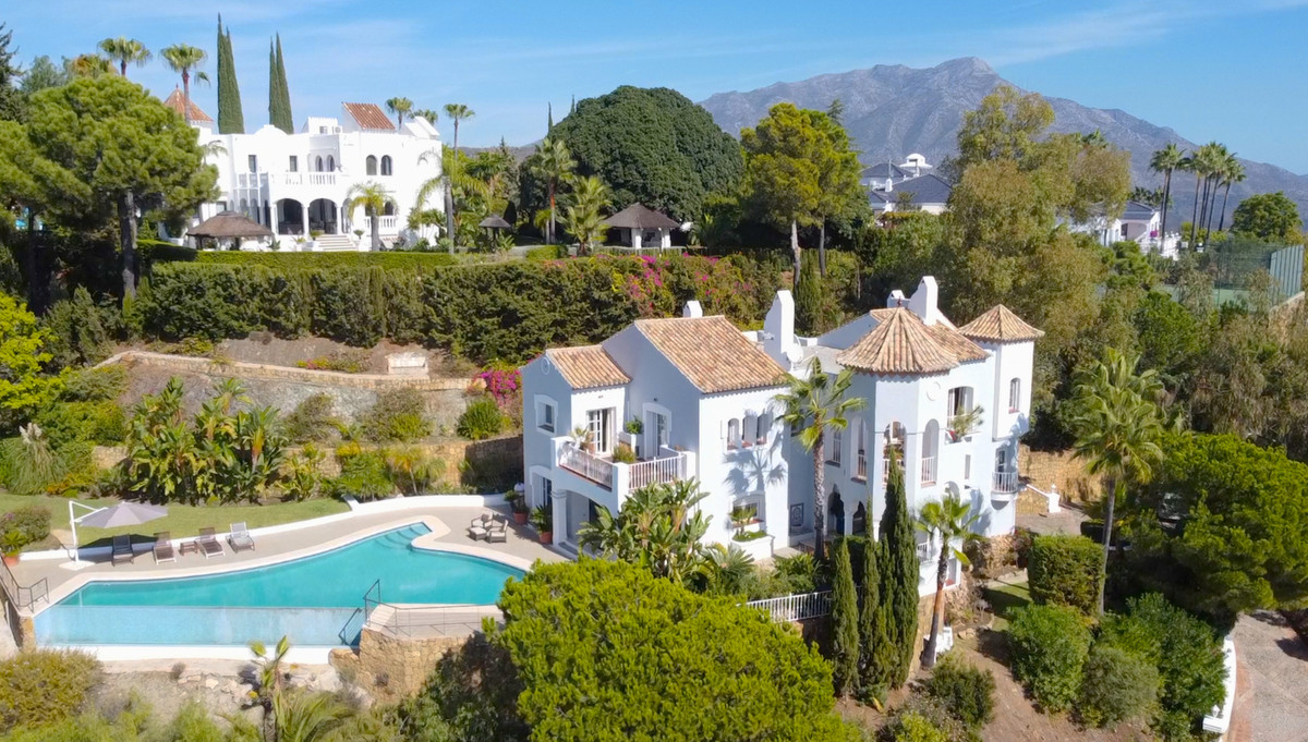 Spectacular sea and mountain views from this traditional villa in El Madronal.  On the ground level ,Spain