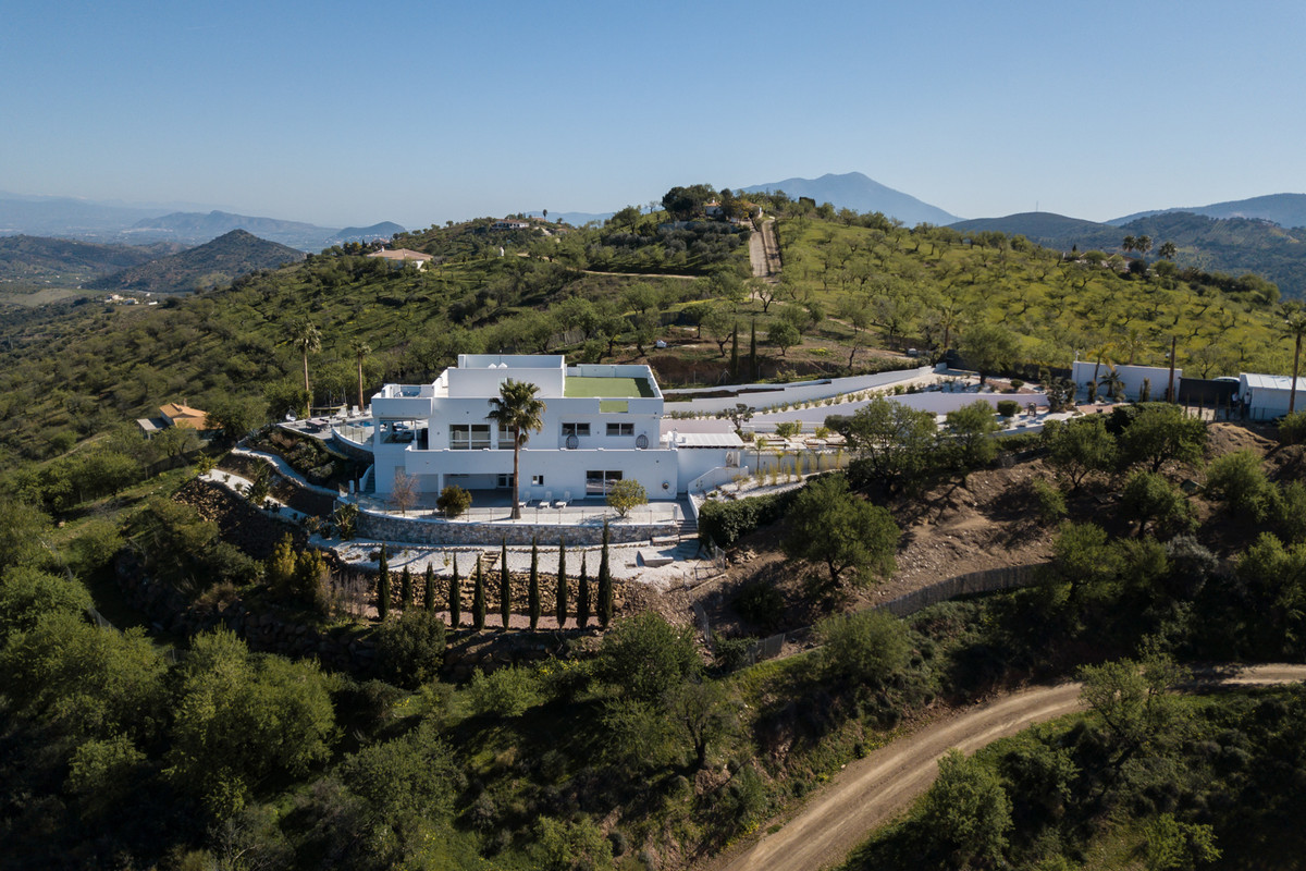 An incredible contemporary villa set on a hill top on the outskirts of Guaro with panoramic 360 degr,Spain