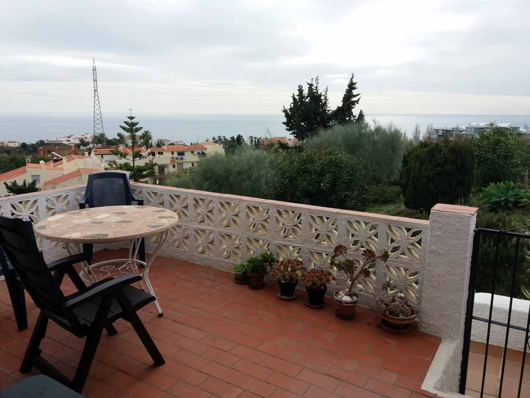 Beautiful recently renovated townhouse with sea views. The townhouse boasts 3 bedrooms and 2 bathrooms on 120 m2 with 50 m2 of terraces. There is access to the large terrace from the lounge and the master bedroom. Another bedroom has its own entrance, so it is perfect for visitors. There is aircon (hot/cold) in the lounge and in one of the bedrooms. Close to the sea. Storage room at the entrance level. Communal gardens and swimming pool. Very cosy house, must be seen.