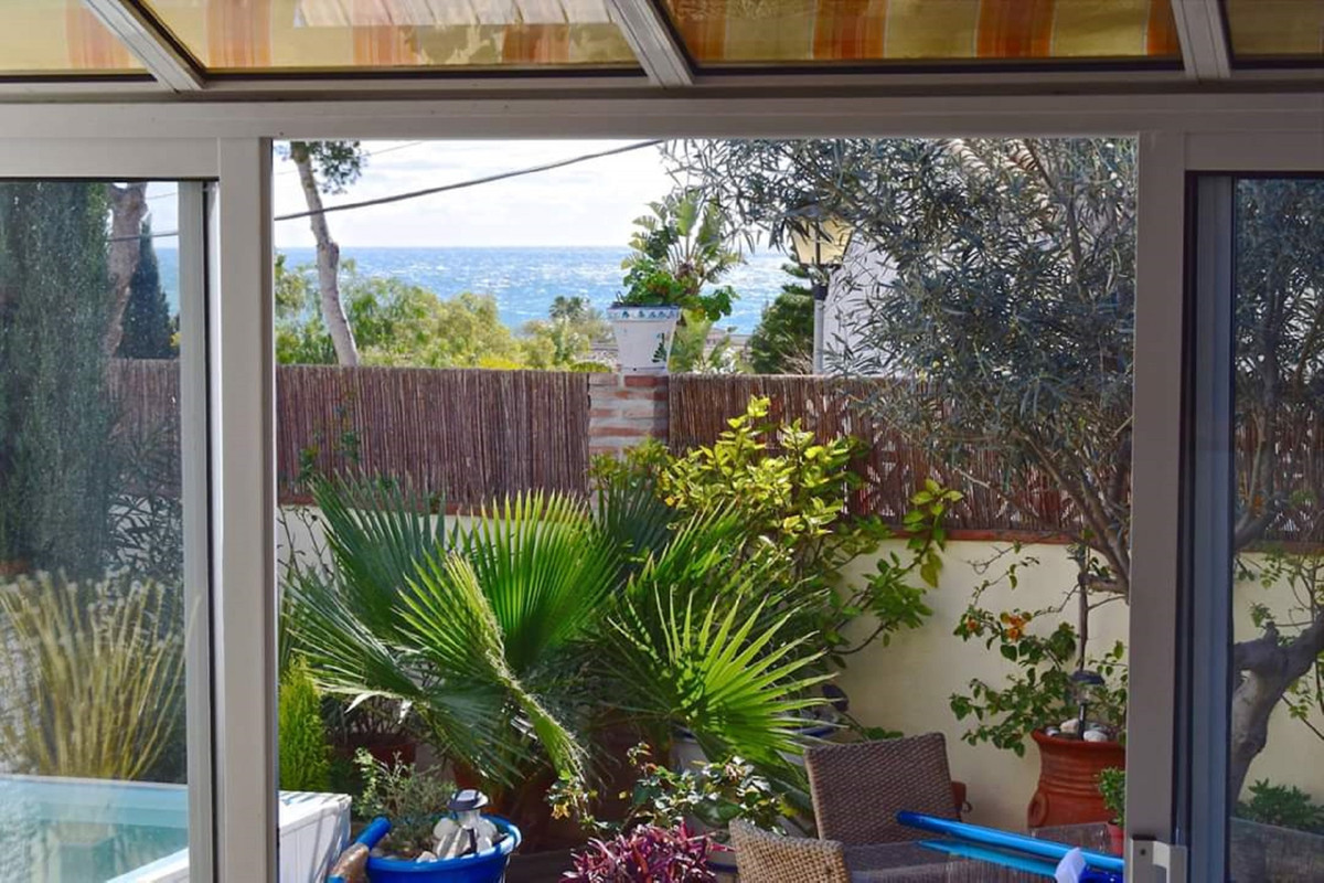 Cute and cozy 3 bedroom 2 bath cottage 150 meters from the beach with private garden, small private , Spain