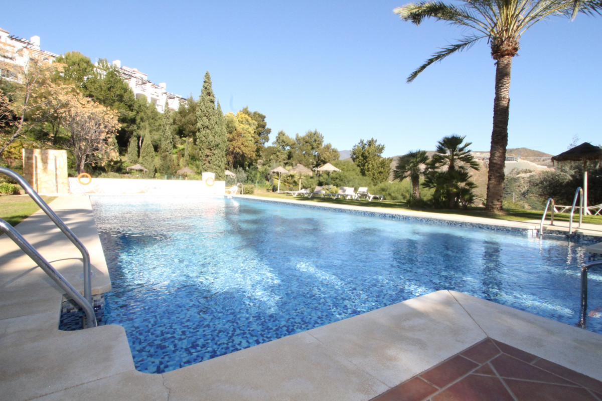 Very nice 3 bedroom 2 bathroom modern apartment with sea views in La Quinta. Fully fitted modern kit, Spain