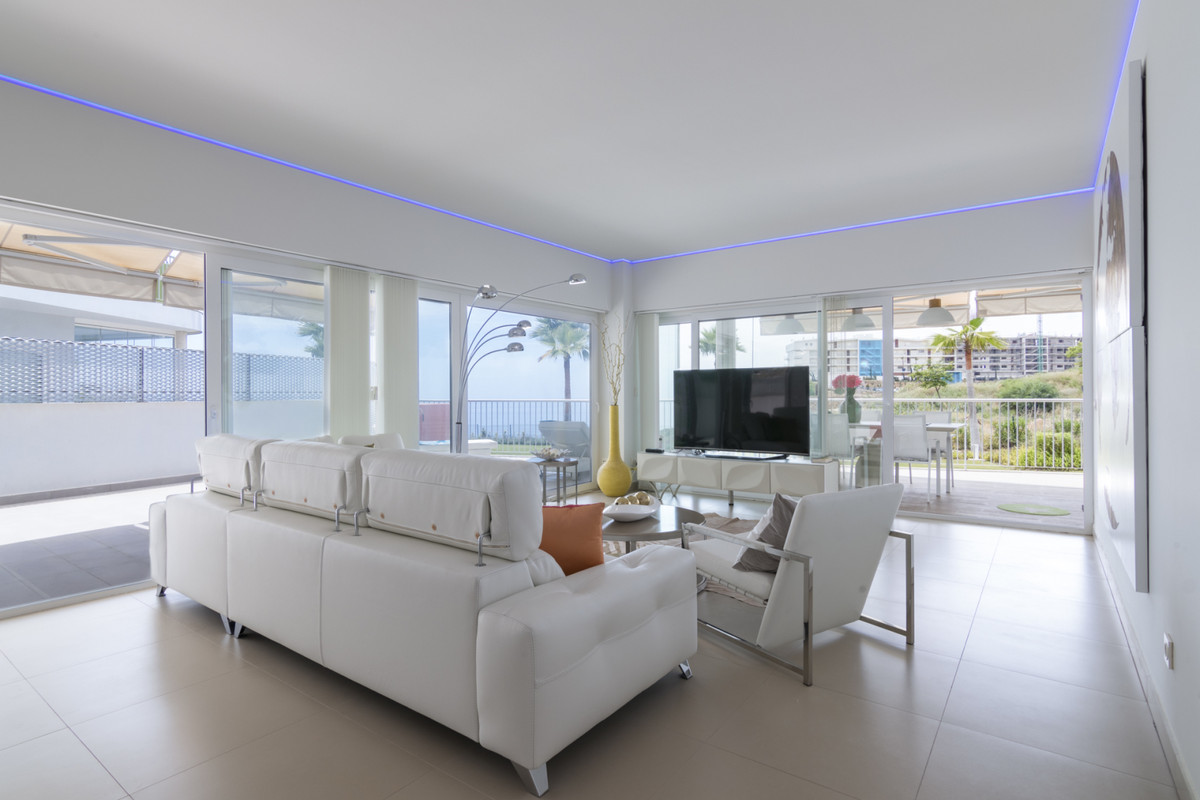This bright and spacious corner apartment is located in South Beach in the well sought after Reserva, Spain