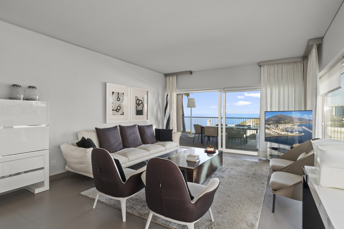 This bright and spacious corner apartment is located in South Beach in the well sought after Reserva,Spain