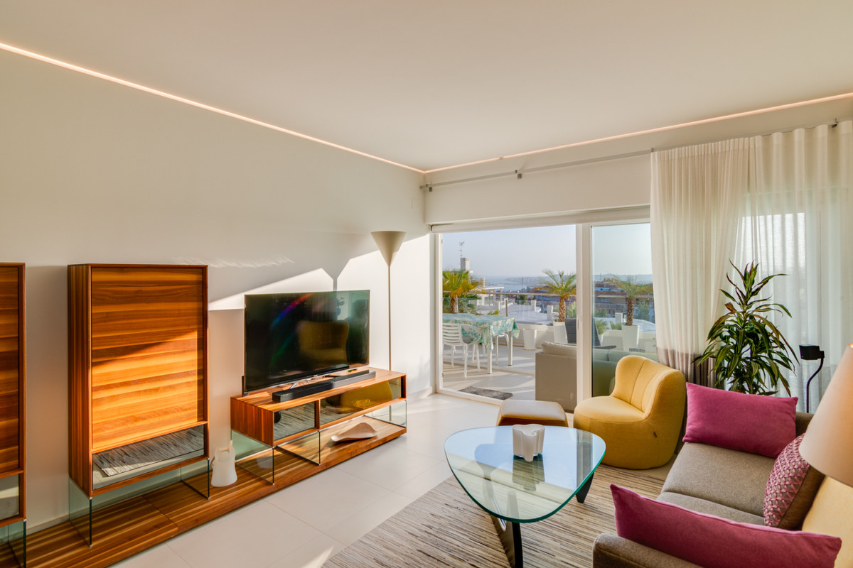 This bright and spacious 2 bedroom 2 bathroom apartment is located in the recently constructed (2017, Spain