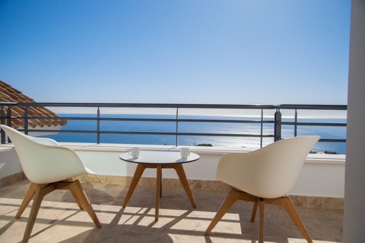 Fantastic villa with 4 bedrooms and 3 bathrooms. The villa is new and has stunning views of the coas,Spain