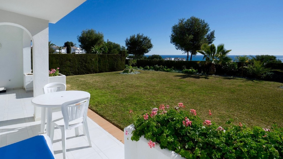 In the area of ??Miraflores we find this spectacular semi-detached house. As you enter to a open kit, Spain