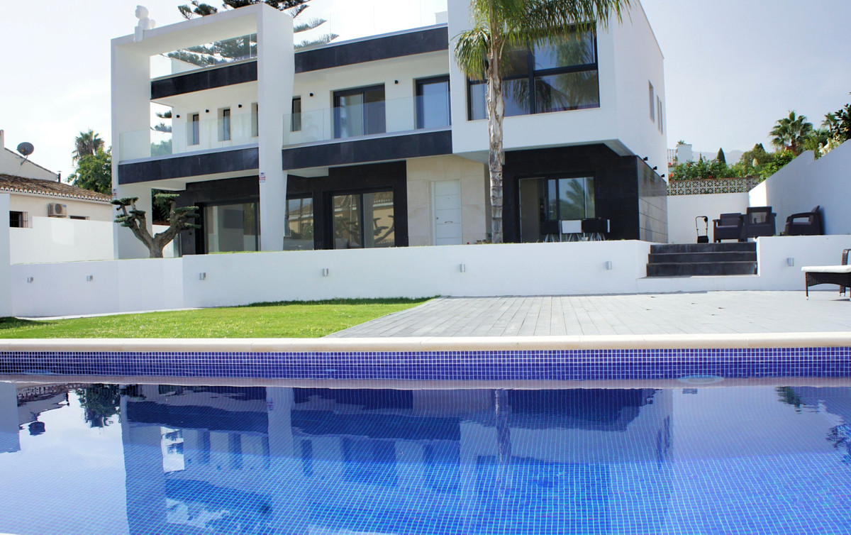 PRICE DROP FOR A QUICK SALE: NOW € 1.150.000,-  Modern recently built (2018) 4 bed 4 bath villa walk, Spain