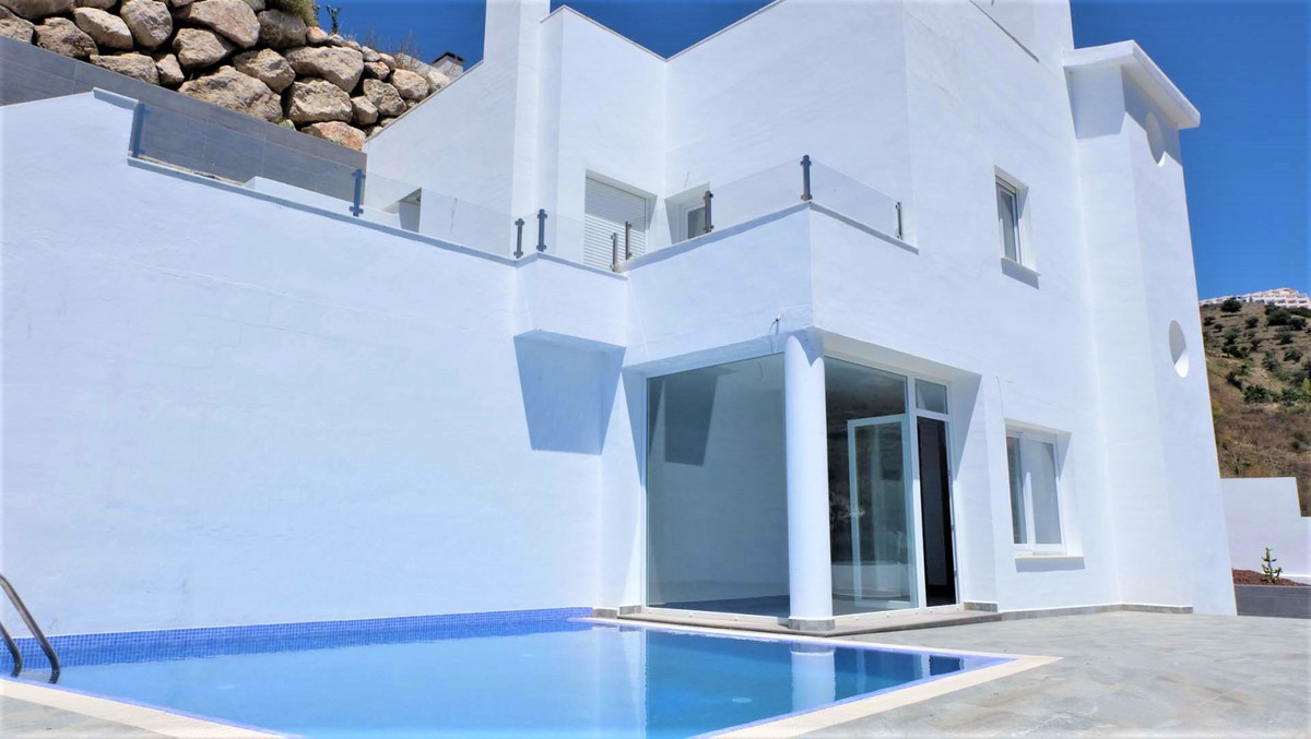 Luxury villa, with a modern and illuminated style, in exclusive area, a few minutes walk from the be,Spain