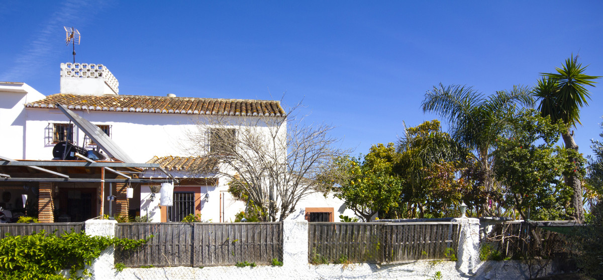 This is a UNIQUEPROPERTY on the outskirts of Fuengirola with easy access to roads in all direction. , Spain