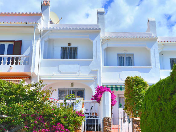Capistrano town house for sale with 2 bedrooms, 1 bathroom and a communal pool. With sea views and a, Spain