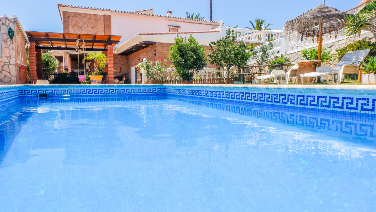 Beautiful luxury villa with apartment for guests and overlooking the golf courses, in one of the mos,Spain