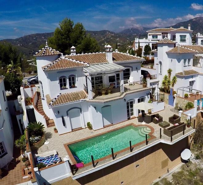 Beautifully presented detached villa with simply stunning sea and mountain views. Situated half way , Spain