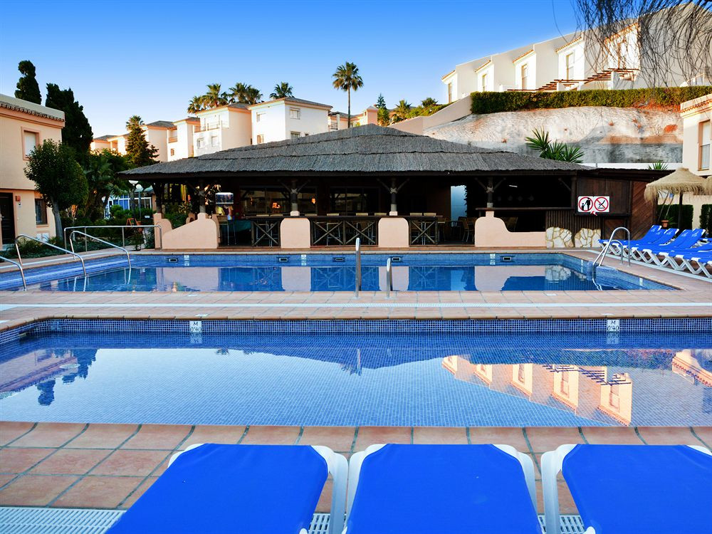 "Modern, spacious studio situated on the popular Club la Costa Marina del Sol resort!   This unit offers air conditioning throughout (heating and cooling), easy parking, private balcony with sea views, fully equipped kitchen, spacious lounge area and comfortable double bed!   You have full use of the facilities on the urbanisation which includes multiple swimming pools (there is alway a heated pool in Winter months as well), various shops, bakery and several restaurants! During the summer and school holidays there will be a Childrens Camp celebrated and yes, your children can participate after paying a small extra fee to reception! Outside of school holiday periods and Summer, the childrens club is not available.  There is a small free to use ""train/bus"" service running around the complex, meaning it's easy to get about. The house is located just a few minutes walk from the beach and main bus route between the resort towns of Fuengirola and la Cala de Mijas as well!"