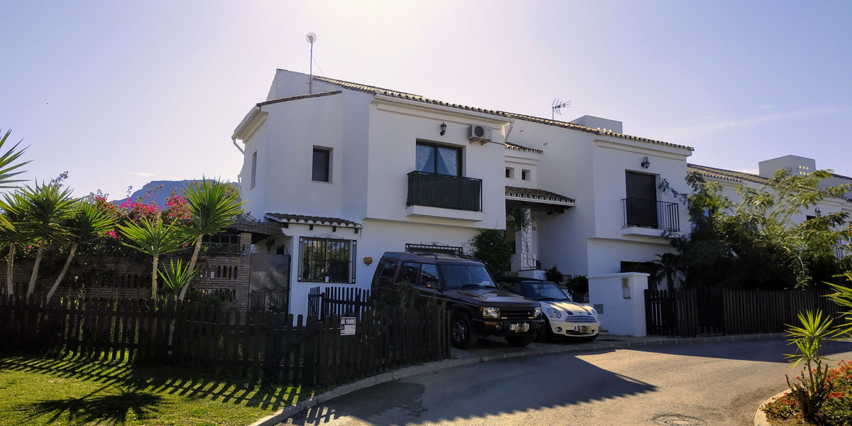 Very nicely presented semi-detached house on the outskirts of the beautiful white-washed village of ,Spain