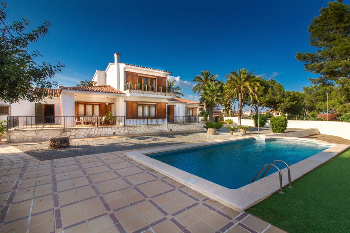 Magnificent villa in Alfaz center with sea views and large plot.  Magnificent luxury villa in the ce,Spain