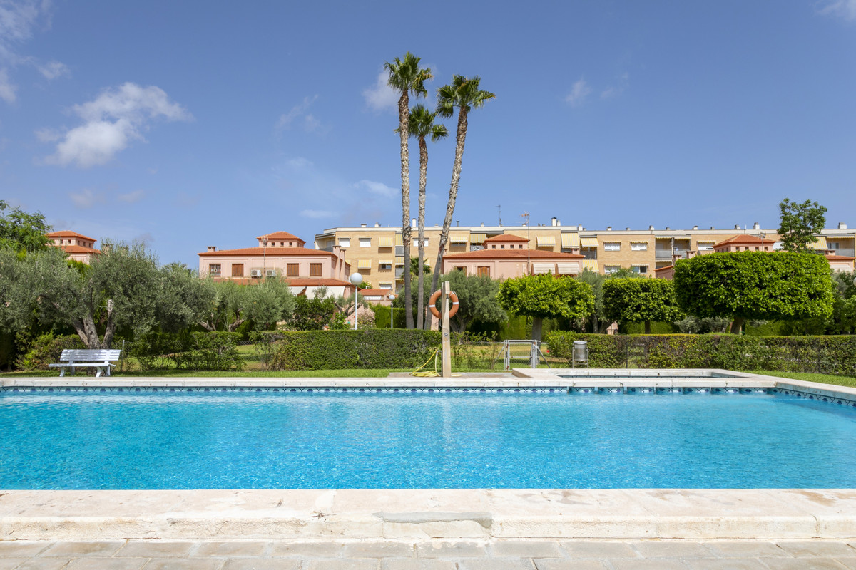 Impeccable urban corner villa with 5 bedrooms, in the one of the most sought after areas of ??Mucham,Spain