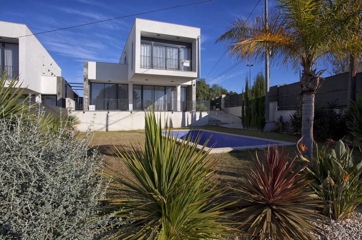 NOW COMPLETED! A fantastic opportunity to become the proud owner of a south-facing new-build villa i, Spain
