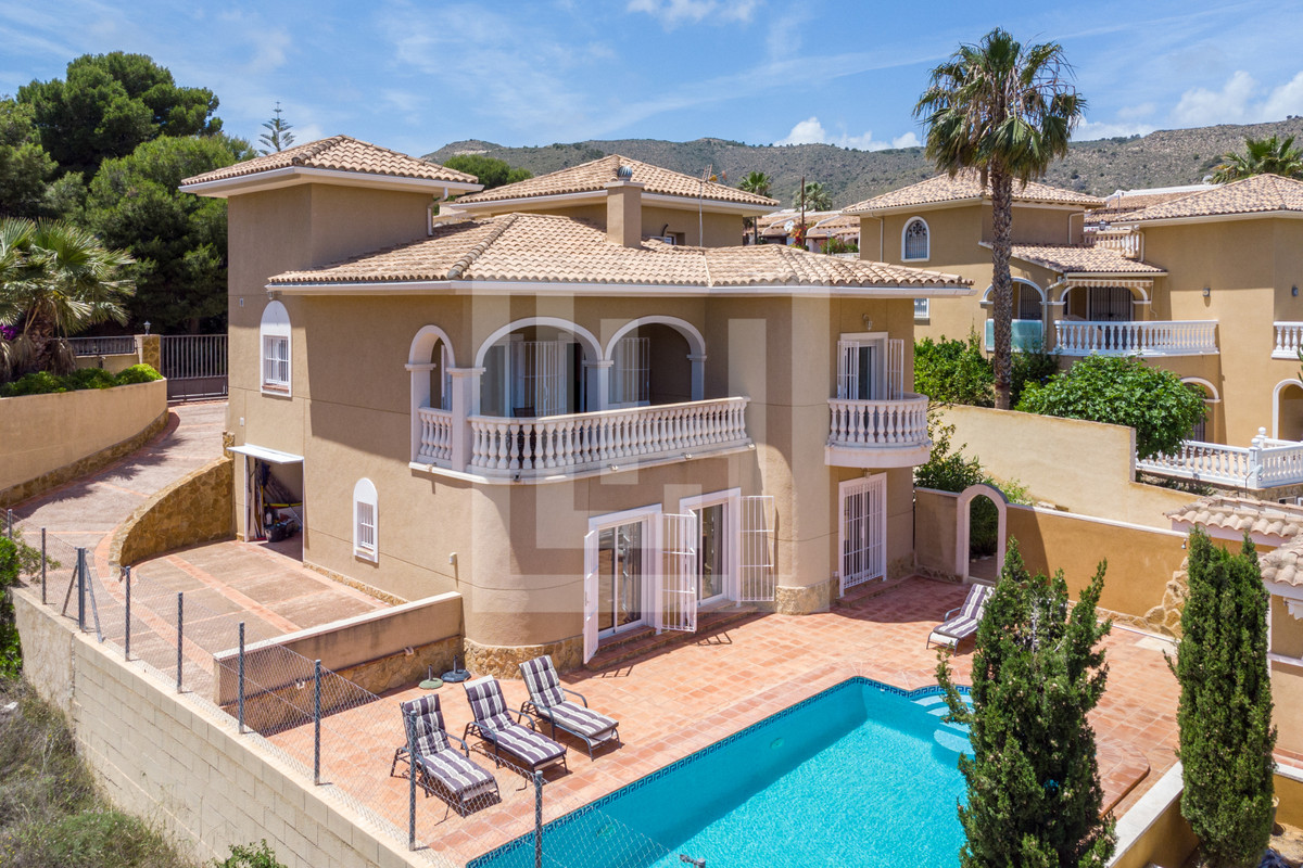 Beautiful, new villa built on 2 floors close to the sea with private pool in El Campello.  An automa, Spain