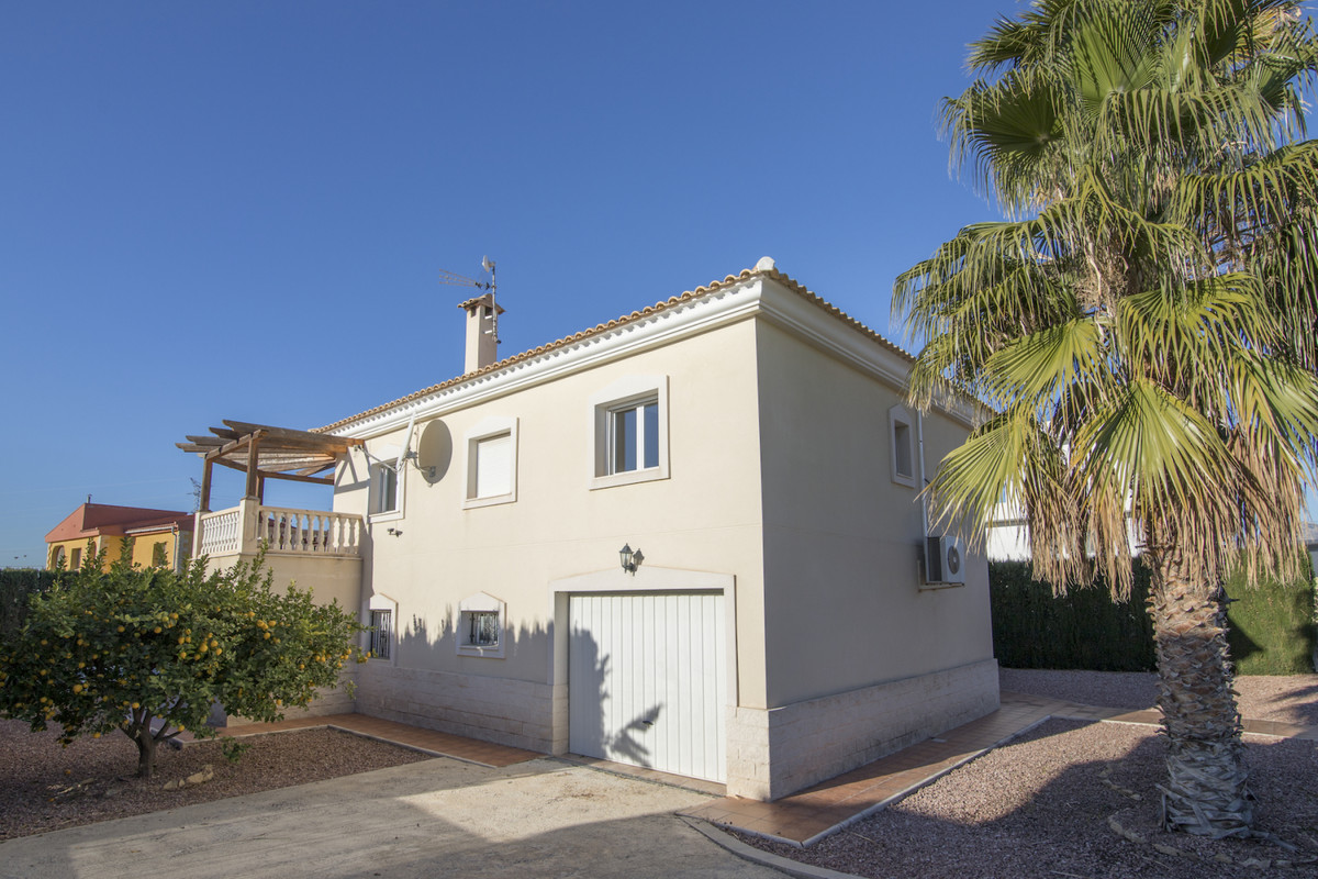 RIO PARK's area- Imposing villa in residential area in Muxchamiel with 2 levels, perfect for a numer,Spain
