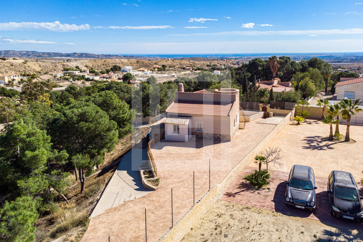 Detached, 2/3 bedroom villa all on one floor, in residential area with views of the mountains, set i, Spain