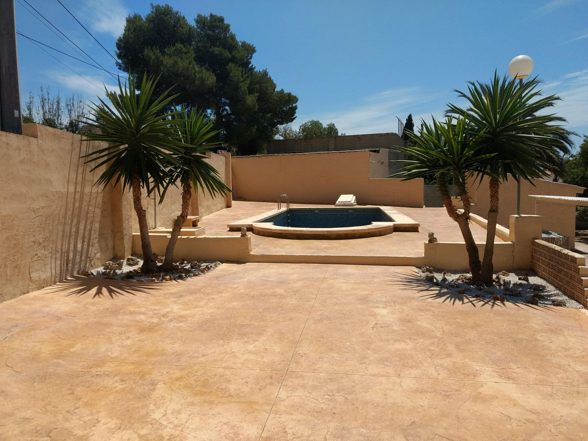 5 bedroom villa in Muchamiel all on one level with swimming pool.  1993 villa in Muchamiel all on on, Spain