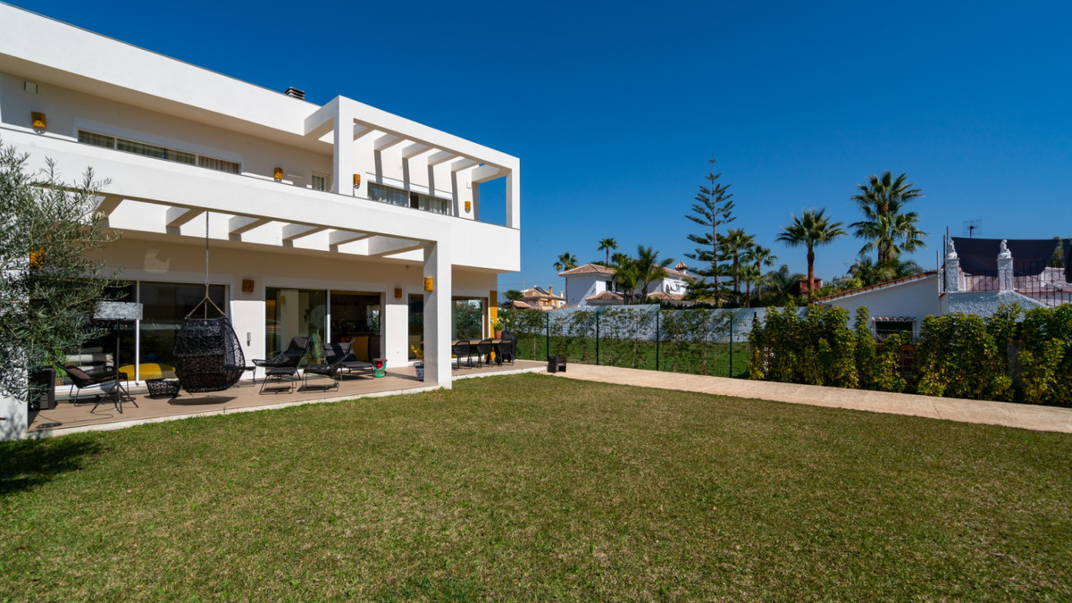 A modern, easy to maintain villa located in a sought after location in San Pedro de Alcantara, Linda, Spain