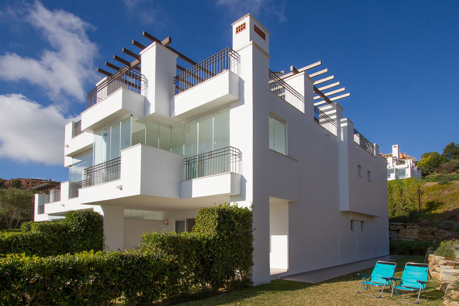 A beautiful corner ground floor apartment with easy access to swimming pool only shared by one block, Spain