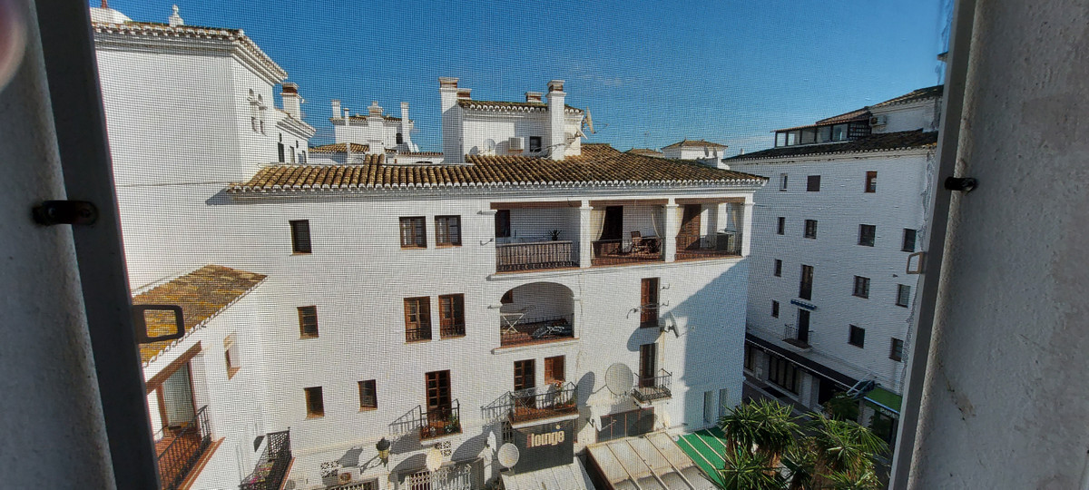 excellent location in the heart of Duquesa port.Close to all amenities. New bathroom + Kitchen. Midd,Spain