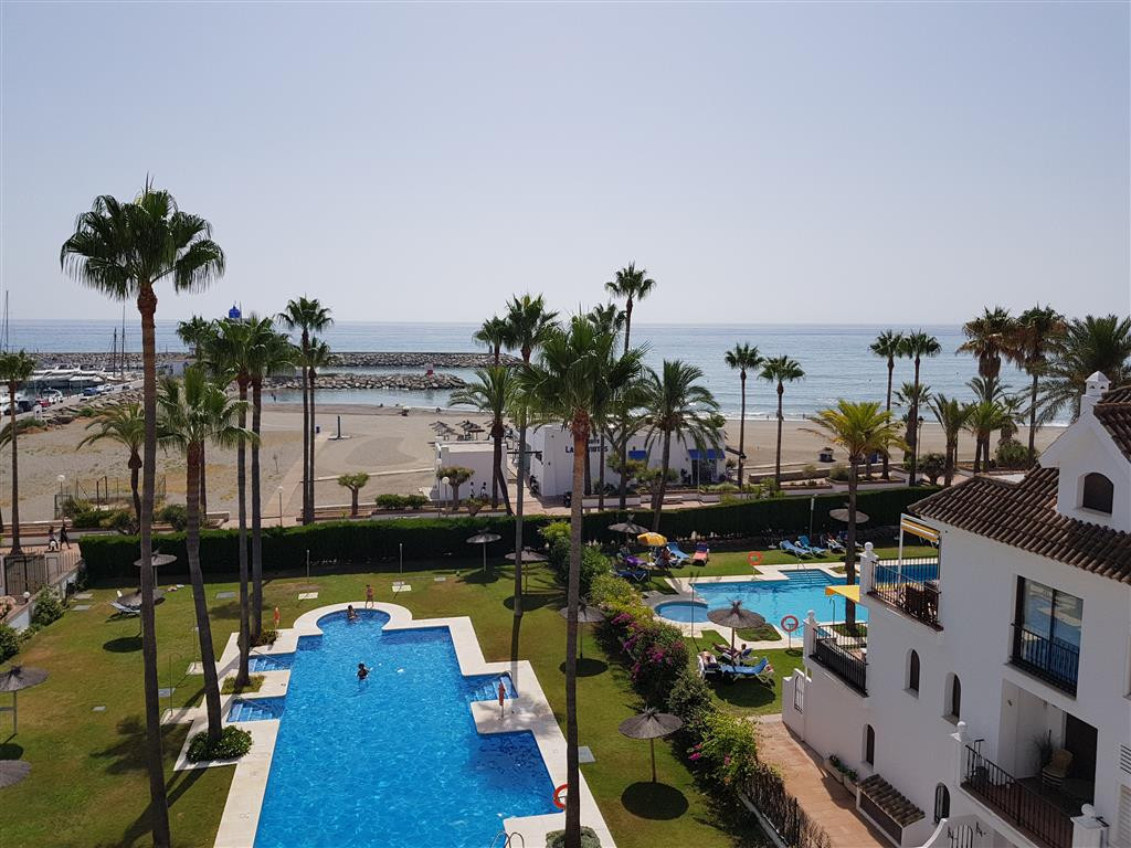 Location, location, frontline beach development only 2 minutes walk to Duquesa Marina. Middle Floor , Spain