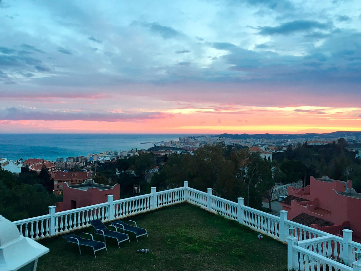 Detached Villa with panoramic views of the sea and views to the port of Fuengirola. Totally refurbis, Spain